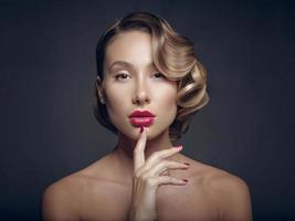 belleza retrato glamour hermosa joven tocando los labios
