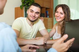 feliz pareja hablando con empleados foto