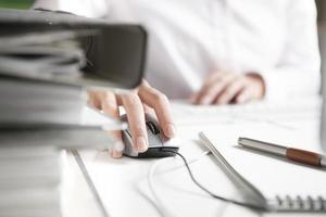 mano de mujer en un mouse de computadora foto