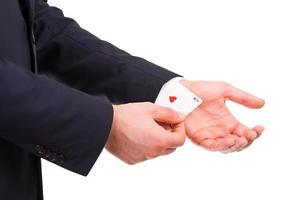 Empresario con tarjeta as escondido debajo de la manga. foto
