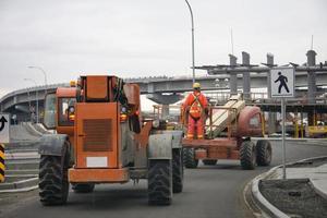 dos máquinas de construcción de carreteras conducen foto