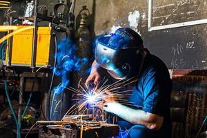 soldador en el taller