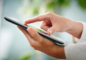 manos y tablet pc foto