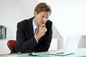 empresario preocupado frente a la computadora portátil