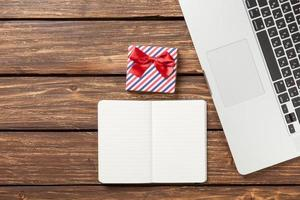 nota con regalo y laptop foto