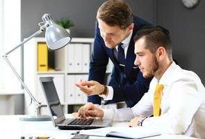 deux hommes d'affaires confiants en réseau au bureau