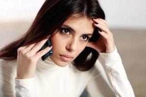 mujer pensativa hablando por teléfono foto