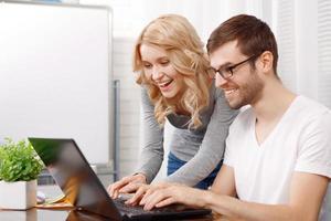 Retrato de un joven desarrollador y su colega foto