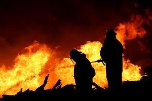 silueta de bomberos