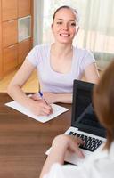 mujer y empleado con laptop foto