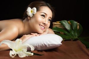 mujer asiática con masaje y spa salon belleza tratamiento concep