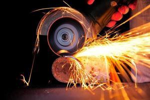 werknemer snijden metaal met molen
