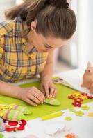 mujer joven haciendo decoración de pascua
