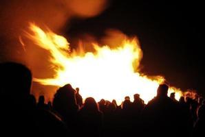 multidão em torno de uma fogueira