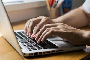 hombre usando laptop