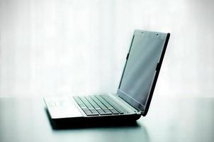 portátil moderno en el escritorio foto