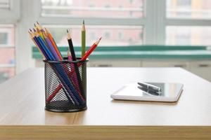 material de escritório em cima da mesa de madeira