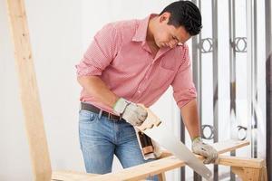 carpinteiro atraente no trabalho