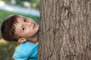 piccolo ragazzo in età prescolare a nascondino