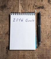 cuaderno con bolígrafo y objetivos de 2016 foto