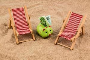 silla de playa con billete de euro foto