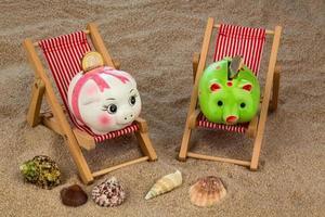 silla de playa con hucha foto