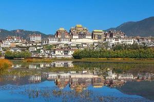 Templo Songzanlin en la ciudad de Zhongdian (Shangri-La), provincia de Yunnan, China foto