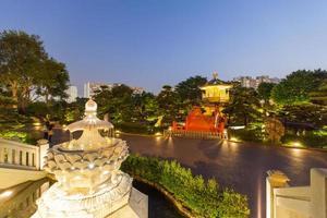 pagoda y puente rojo en jardín chino