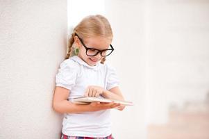 niña jugando foto