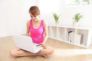 hermosa mujer de compras con laptop y tarjeta de crédito foto
