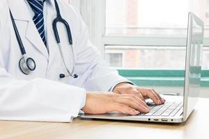 médicos usando laptop foto