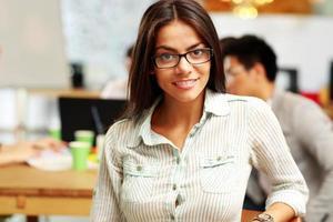 jovem empresária feliz no escritório