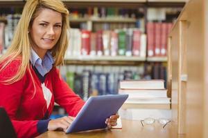 lachende volwassen student met behulp van haar laptop