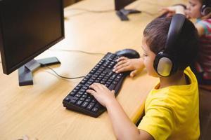schattige leerling in de computerklas