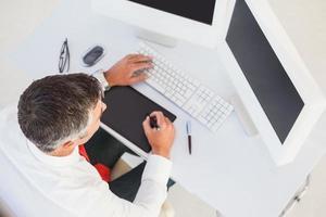 empresario con tableta digital y computadora foto