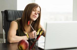 chica estudiante que trabaja en la computadora foto