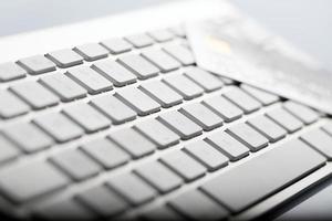 tarjeta de crédito en un teclado de computadora foto
