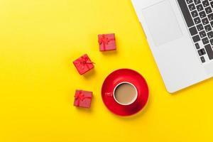 taza de café y computadora portátil foto