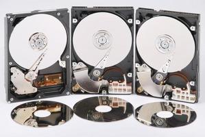 Muchos discos duros abiertos. se reflejan en discos. foto