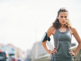 Retrato de mujer joven fitness en la ciudad foto