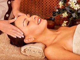 mujer recibiendo masaje corporal foto