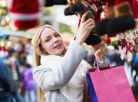 mujer de compras en la feria festiva foto