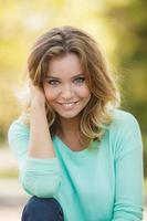 zomer portret van een mooie glimlachende vrouw in een park