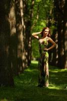 mujer en un callejón del parque sombreado foto