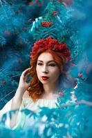 Colorido retrato de otoño de la bella modelo con bayas de serbal