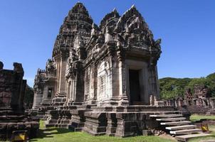 o prang principal, torre principal no parque histórico de phimai, tailândia