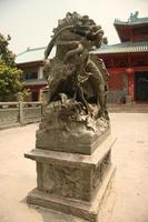 león chino y templo