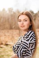 Porträt der jungen schönen Frau im Freien