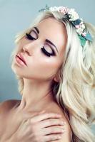 hermosa chica con una corona de flores foto