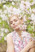 retrato de una mujer en flores